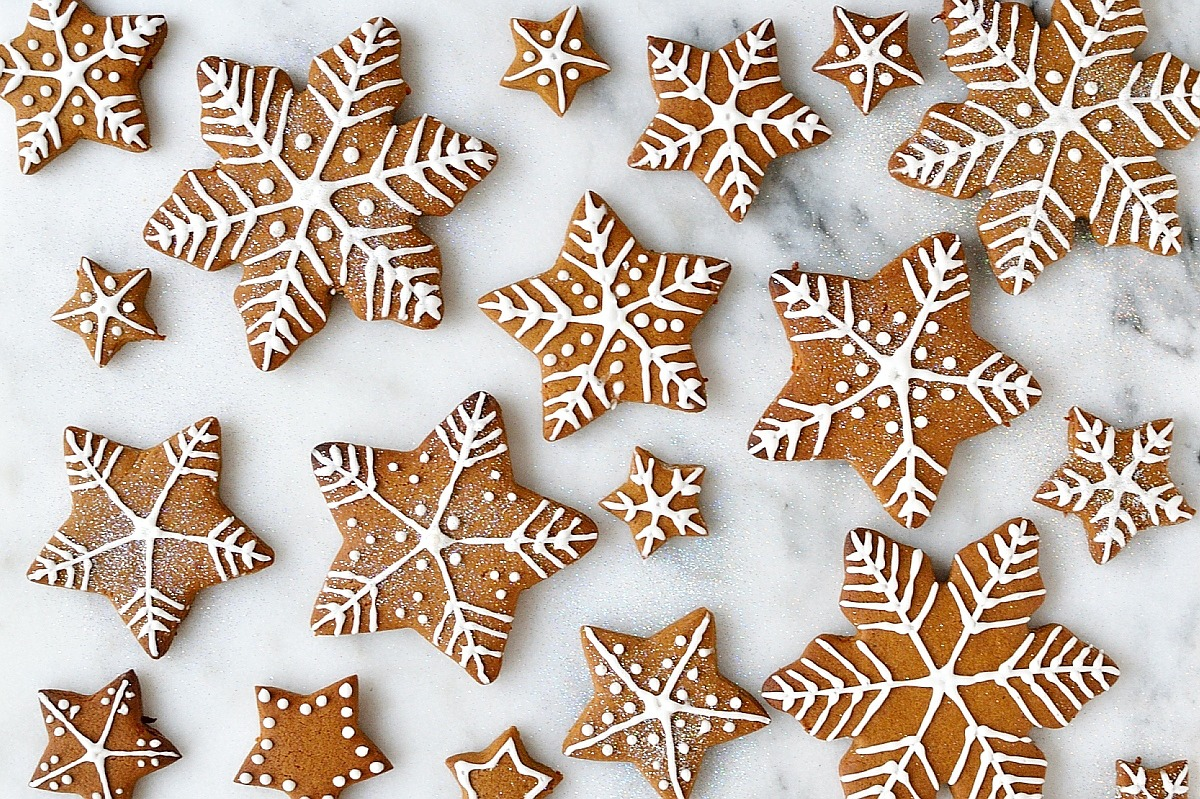 Iced Gingerbread Cookies – The Classic Christmas Cookie!