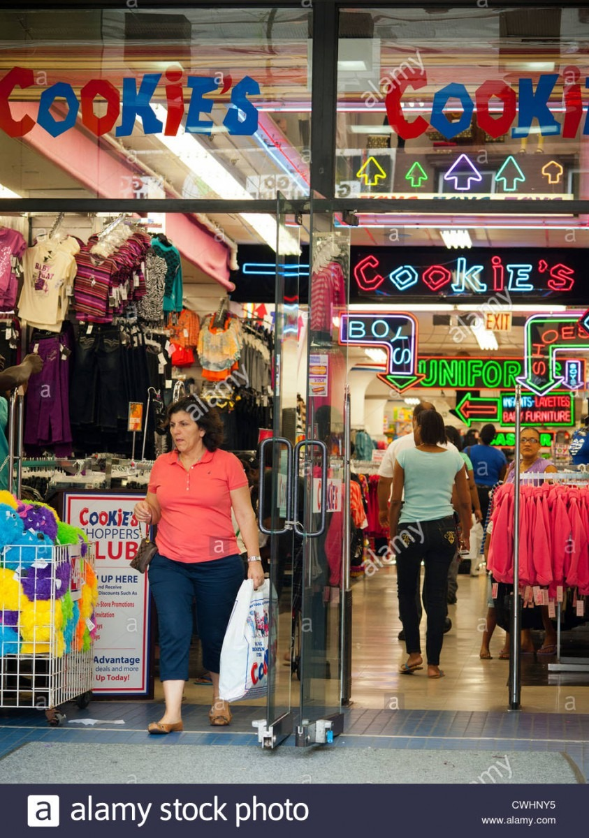 Stores And Shopping In Downtown Brooklyn In New York Stock Photo